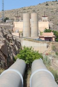 Chimeneas para evitar la cavitación, en la salida de los tubos de la sierra de Orihuela